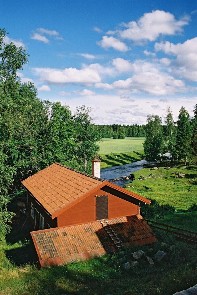 JE0102_15, Vy över Mjölnars och ån i Stocksbo, sommaren 2001, Jonas Engström
