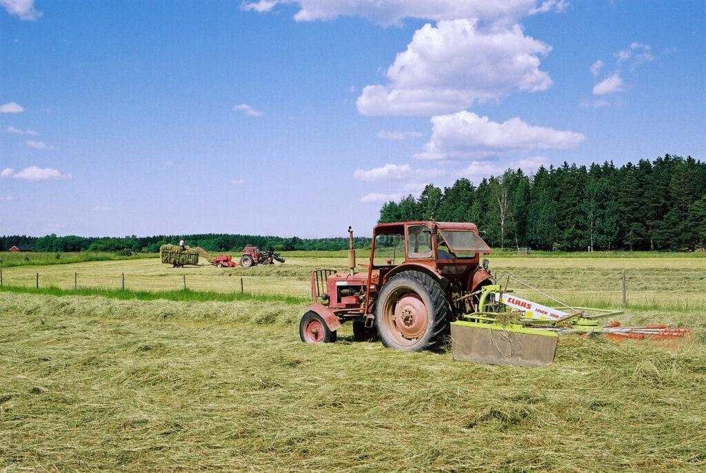 JE0104_08, Höskörd Sörmland sommaren 2001. Strängläggning med Volvo BM och Claas strängläggare, Jonas Engström