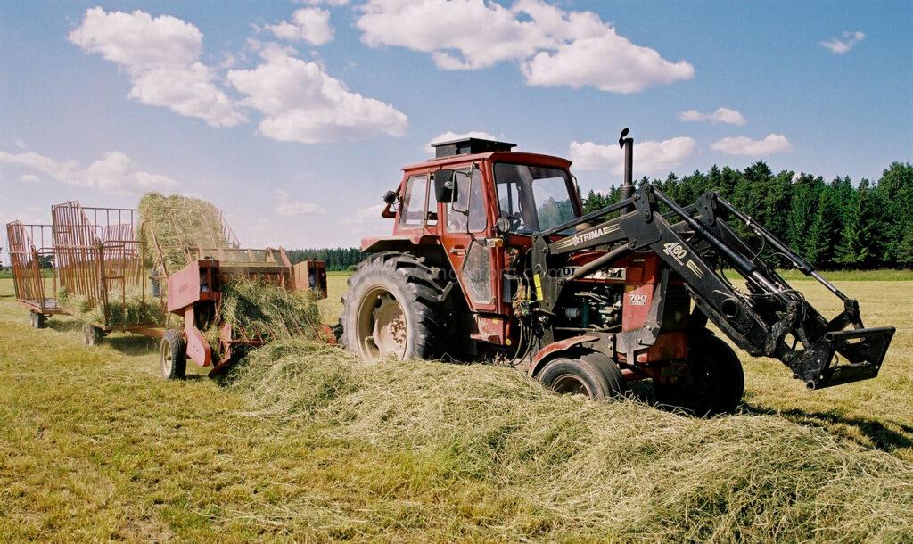 JE0104_13, Höskörd Sörmland sommaren 2001. Balning med Volvo BM och småbalspress, Jonas Engström