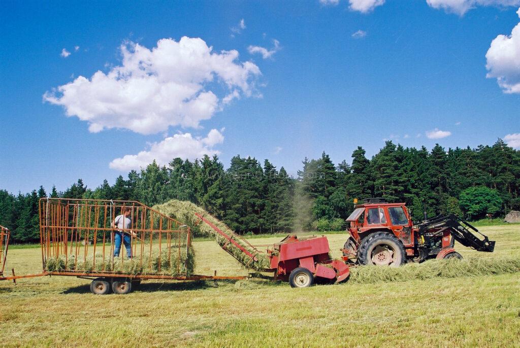JE0104_14, Höskörd Sörmland sommaren 2001. Balning med Volvo BM och småbalspress, Jonas Engström