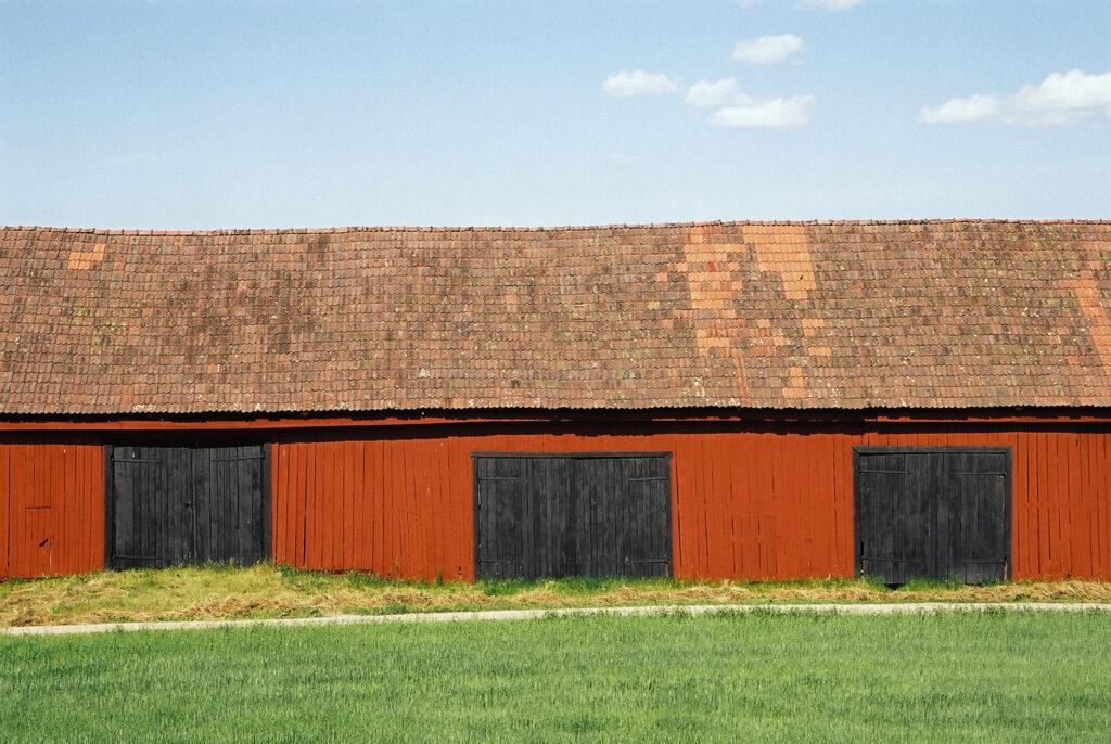 JE0104_21, Rödfärgad lada med svarta portar. Sörmland sommaren 2001, Jonas Engström