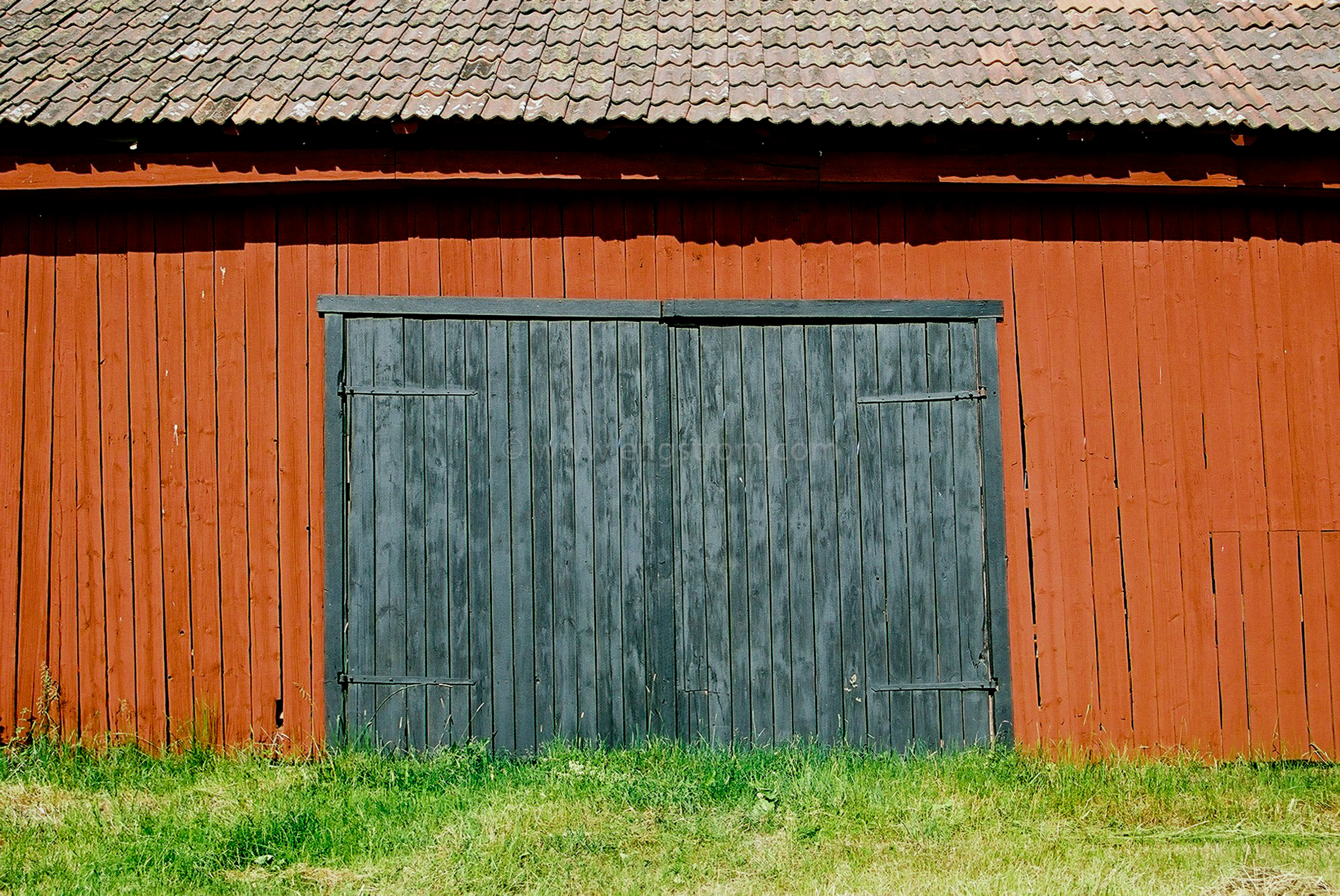 JE0104_23, Rödfärgad lada med svarta portar. Sörmland sommaren 2001, Jonas Engström