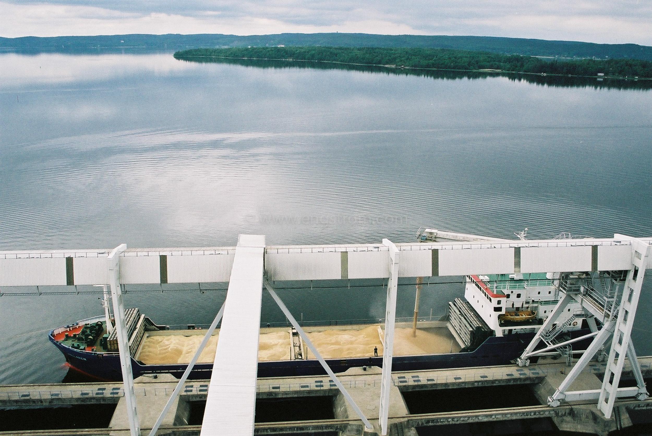 JE0105_01, Lastning av spannmålsbåt, Djurön utanför Norrköping sommaren 2001, Jonas Engström