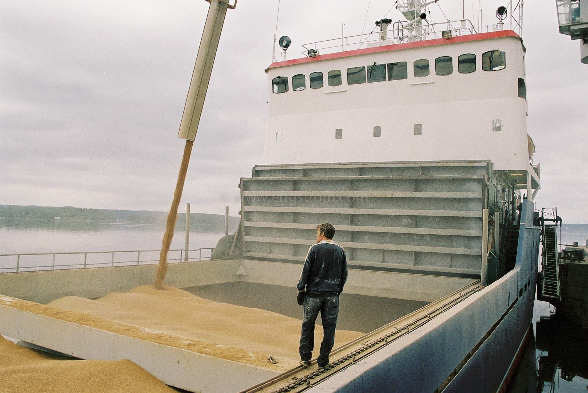 JE0105_07, Lastning av spannmålsbåt. Djurön utanför Norrköping sommaren 2001, Jonas Engström