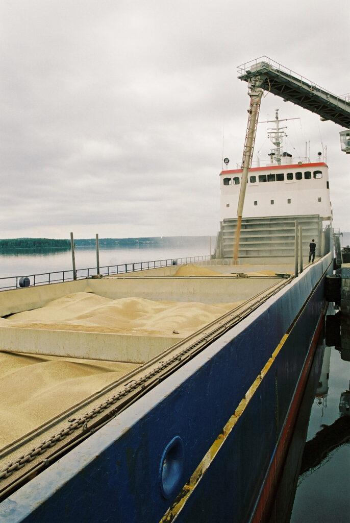 JE0105_09, Lastning av spannmålsbåt. Djurön utanför Norrköping sommaren 2001, Jonas Engström