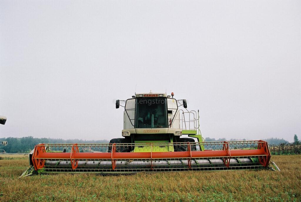 JE0108_05, Tröskning med två Lexion tröskor och utkörning med fältvagn, Jonas Engström