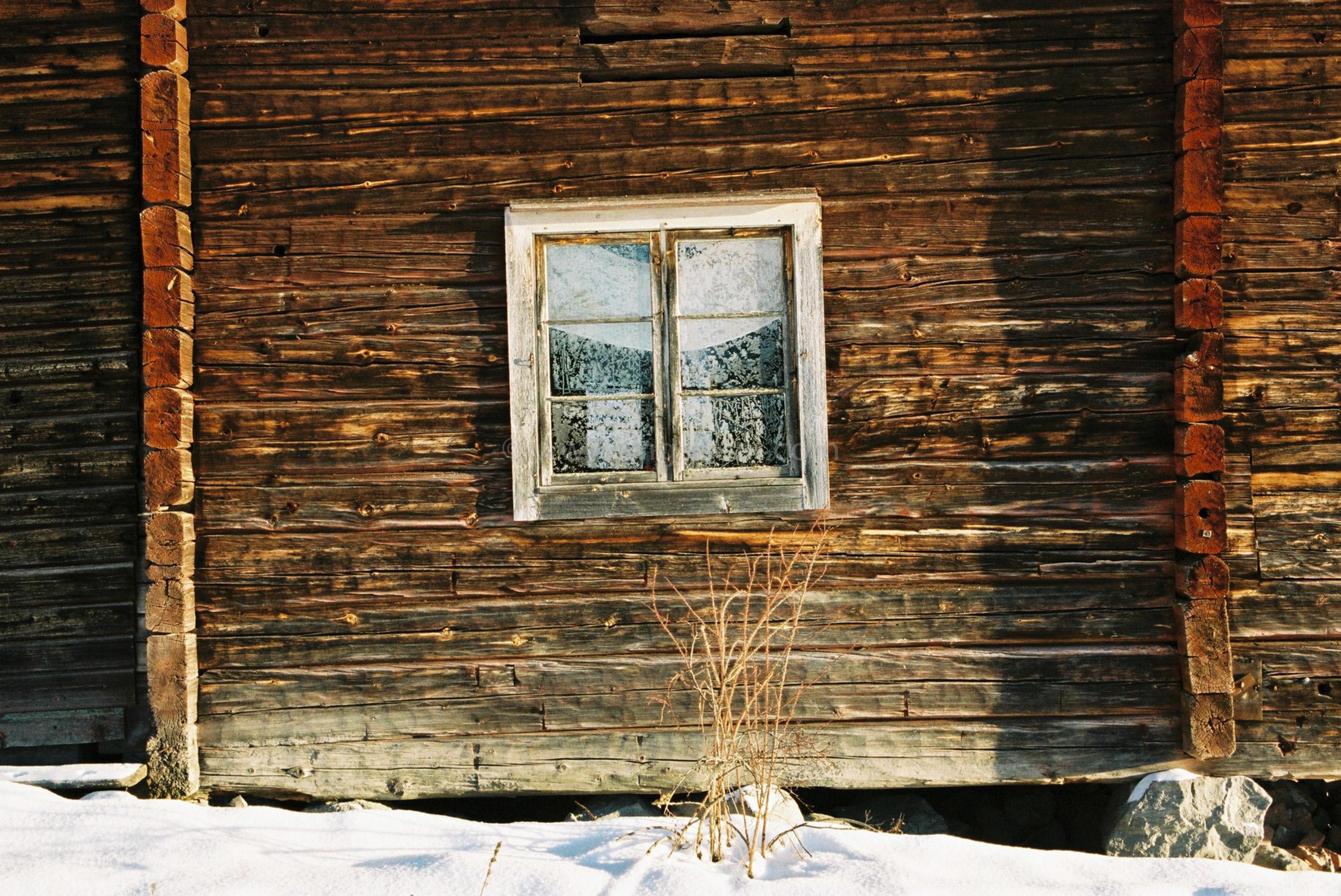 JE0400_060, Solbränt timmerhus. Ranvall vintern 2004, Jonas Engström