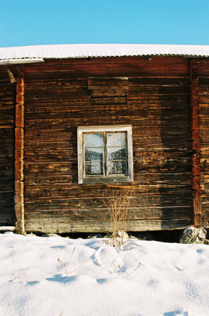 JE0400_061, Solbränt timmerhus. Ranvall vintern 2004, Jonas Engström