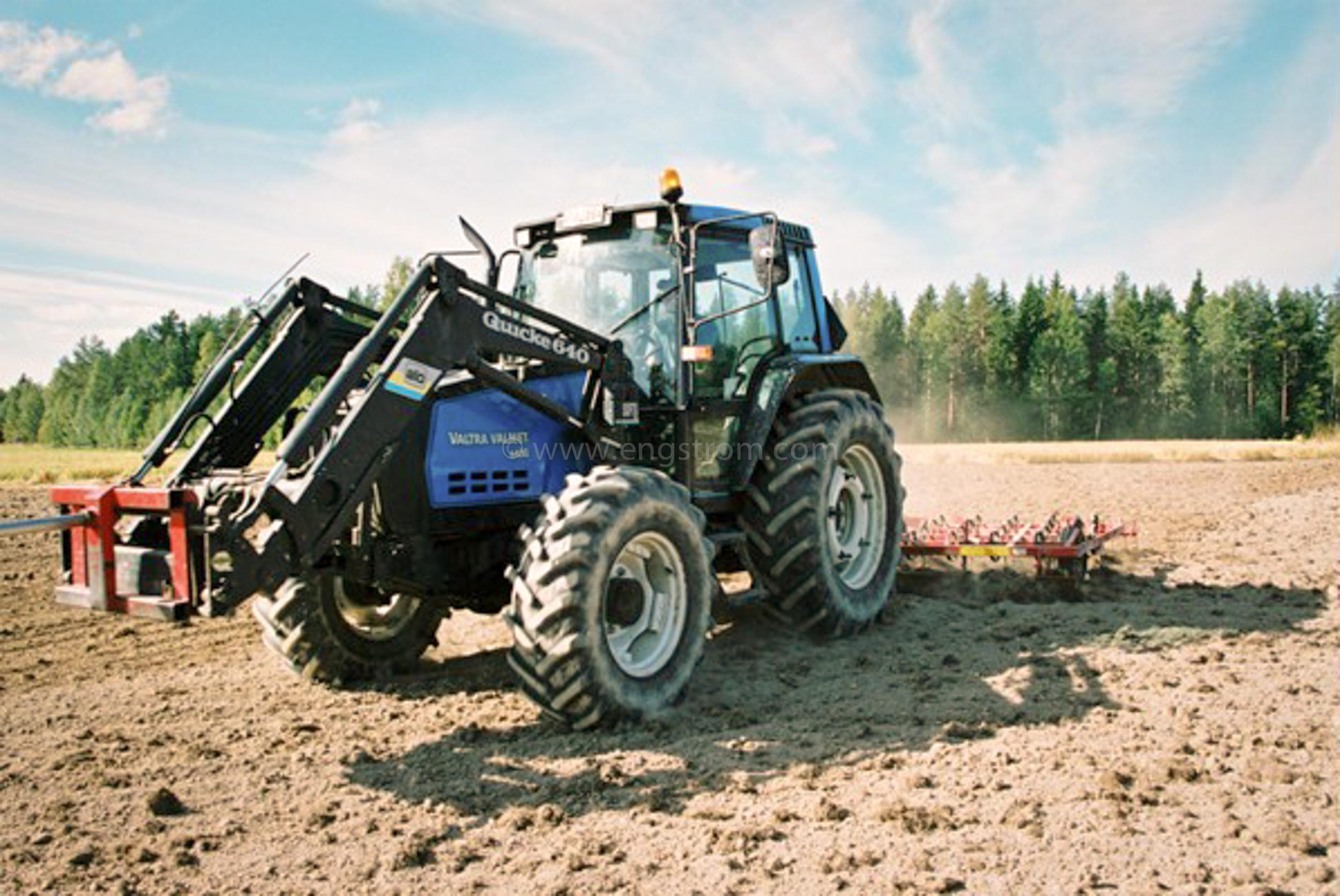 JE0425_041, Såbäddsberedning inför höstsådd av vete. Stocksbo hösten 2004, Jonas Engström