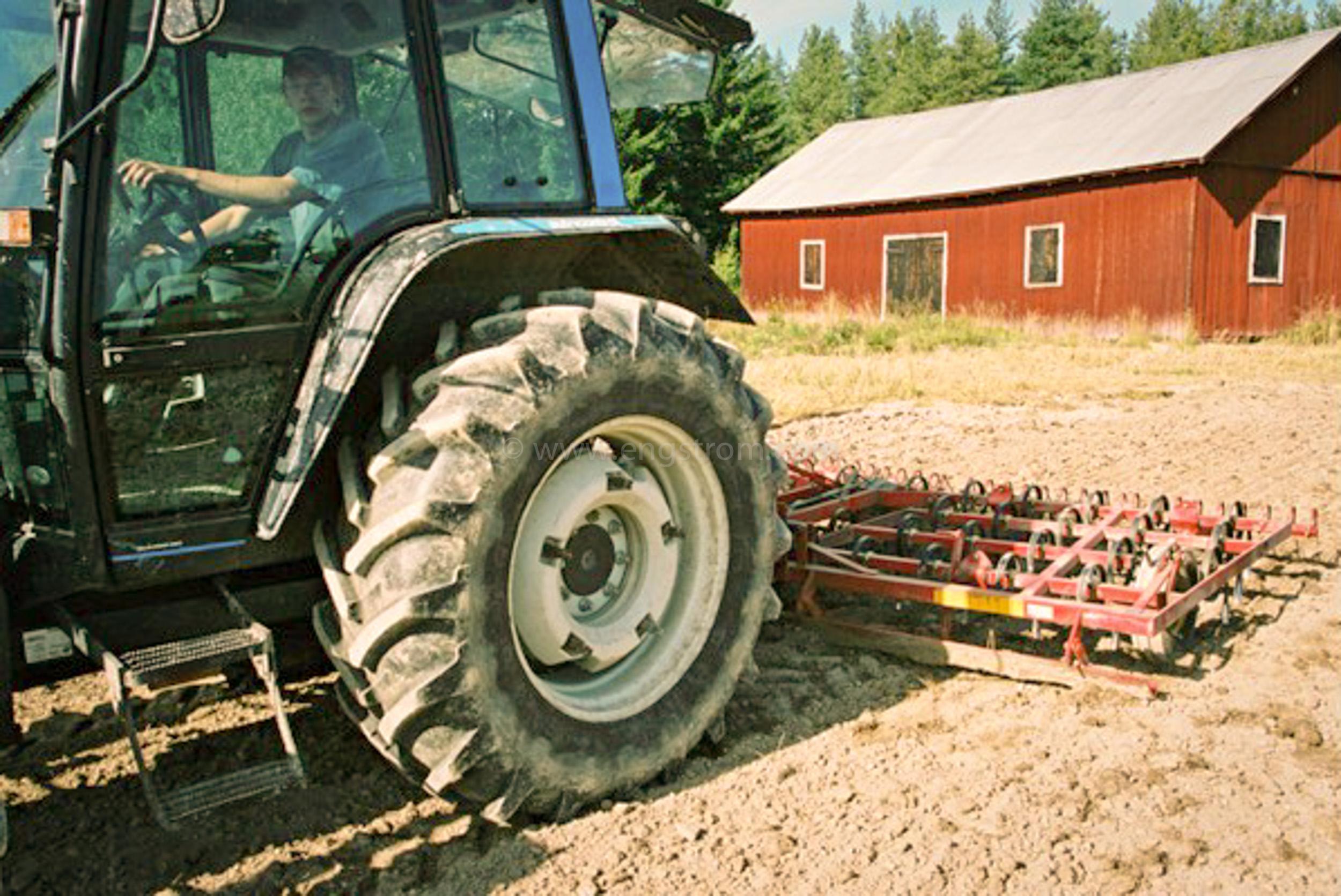 JE0425_055, Såbäddsberedning inför höstsådd av vete. Stocksbo hösten 2004, Jonas Engström