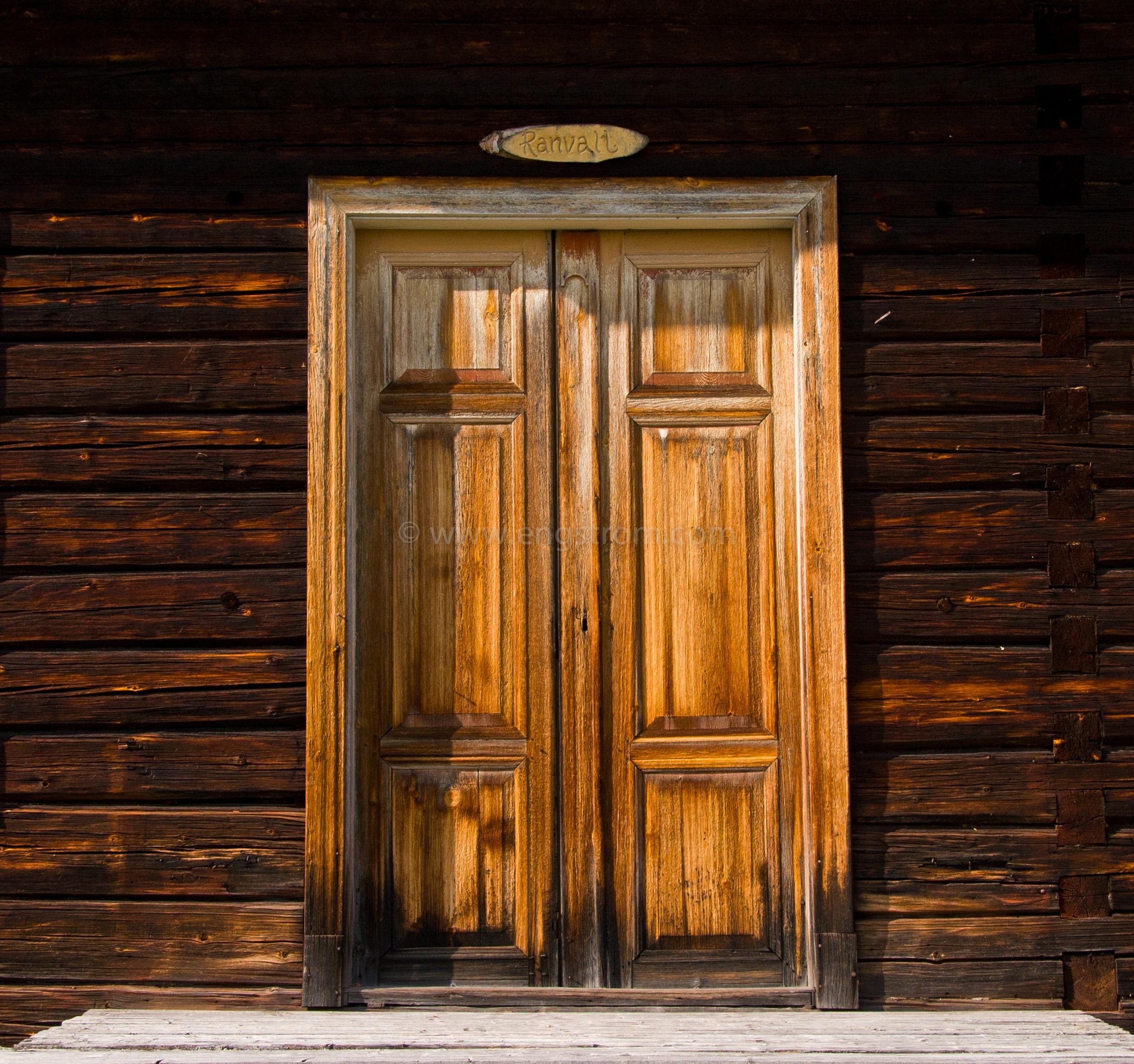 JE_11781, En dörr som sett många solar gå upp, Jonas Engström