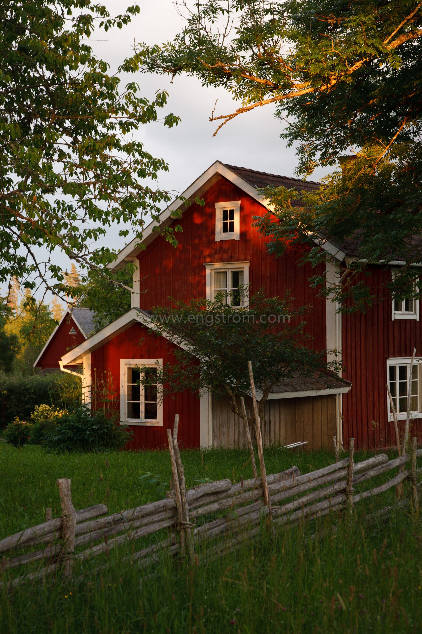 JE_20110707-202006, Rött hus med vita knutar i kvällssol, Jonas Engström