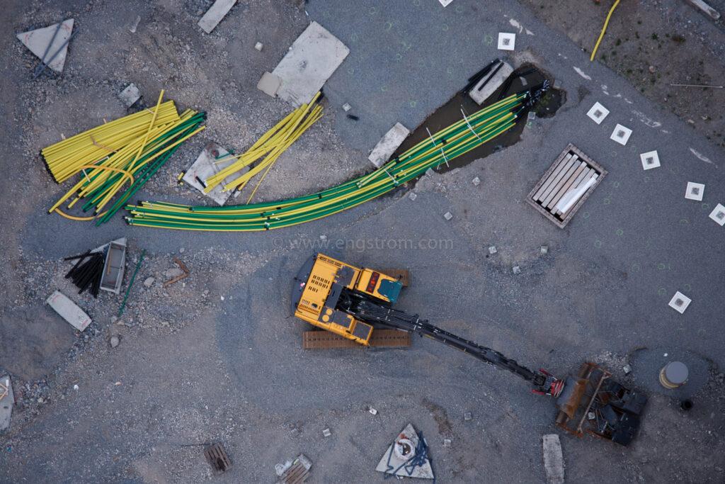 JE_20110720-205543, Bygge från ovan - grävmaskin och rör, Jonas Engström