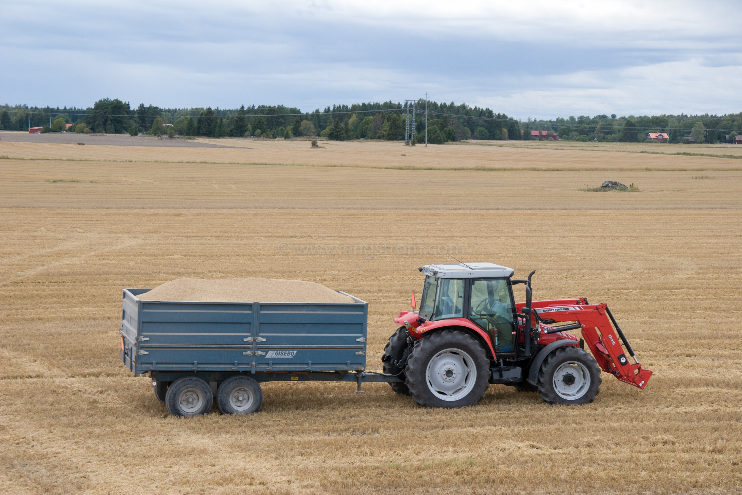 JE_20796, Traktor med spannmålsvagn på tröskad åker, Jonas Engström