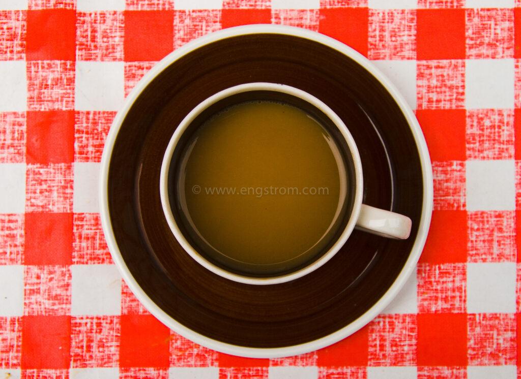 JE_5172, Kaffekopp på rödrutig duk, Jonas Engström