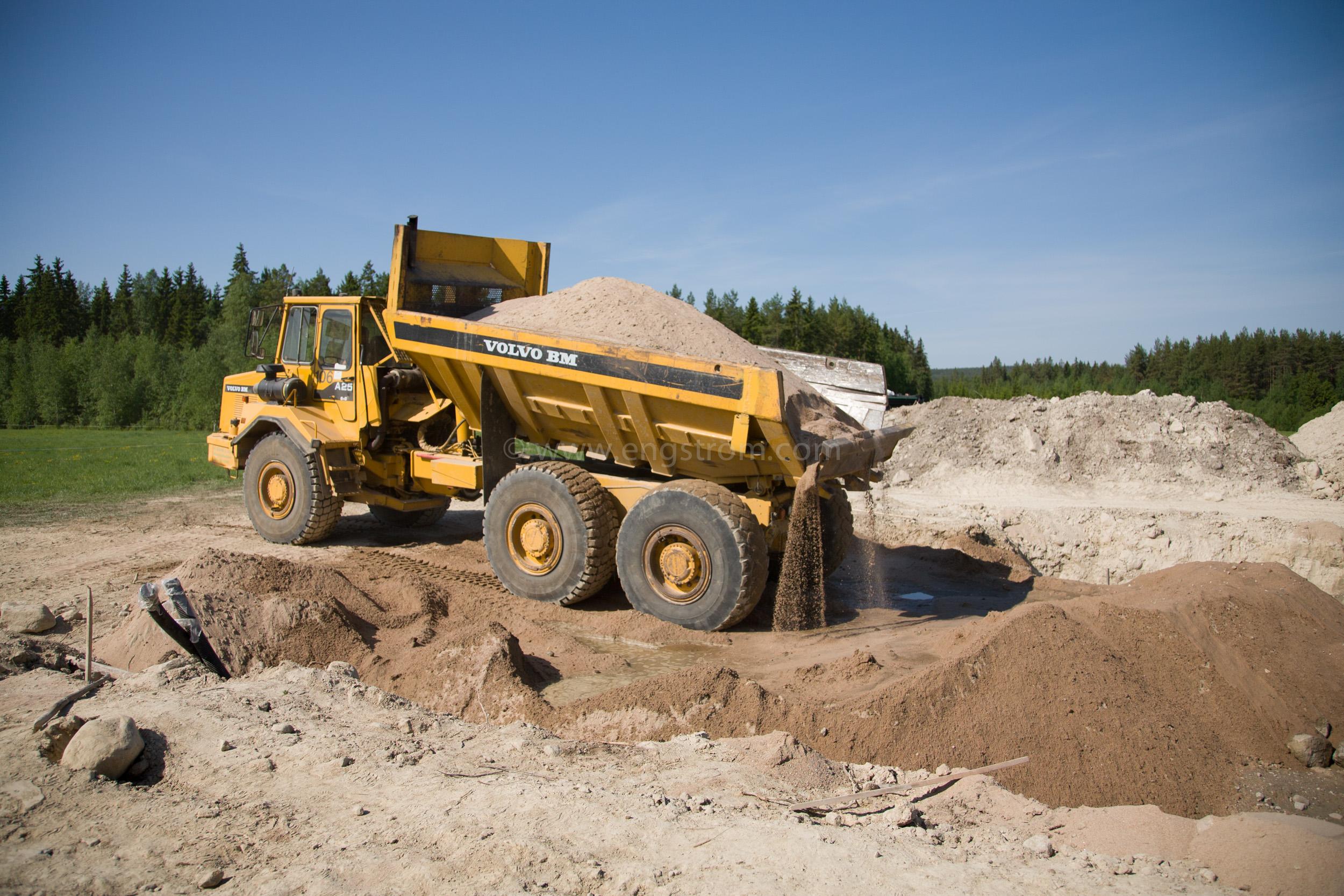 JE_63822, Dumper som kör sand till grunden till ett hus, Jonas Engström