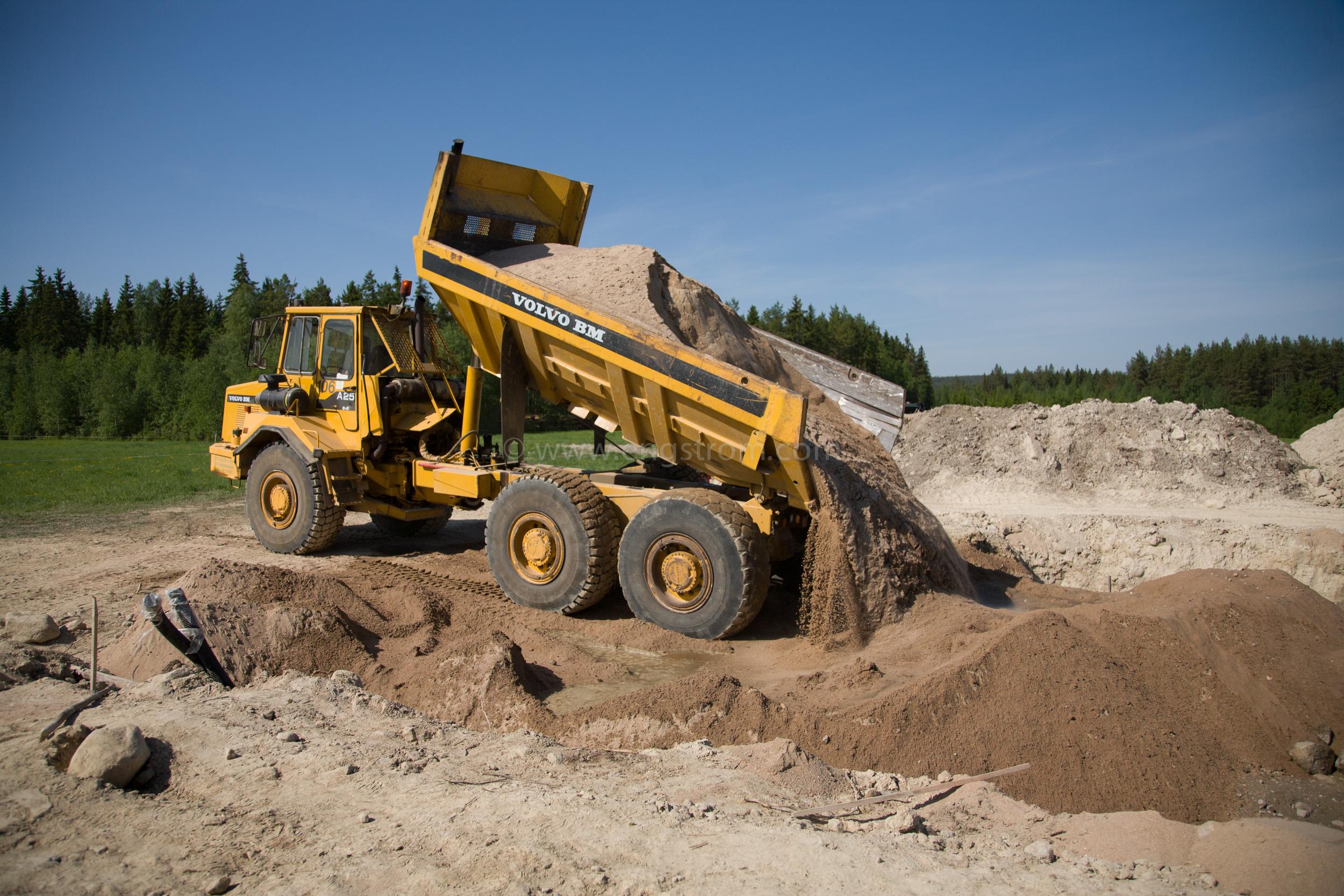 JE_63824, Dumper som kör sand till grunden till ett hus, Jonas Engström