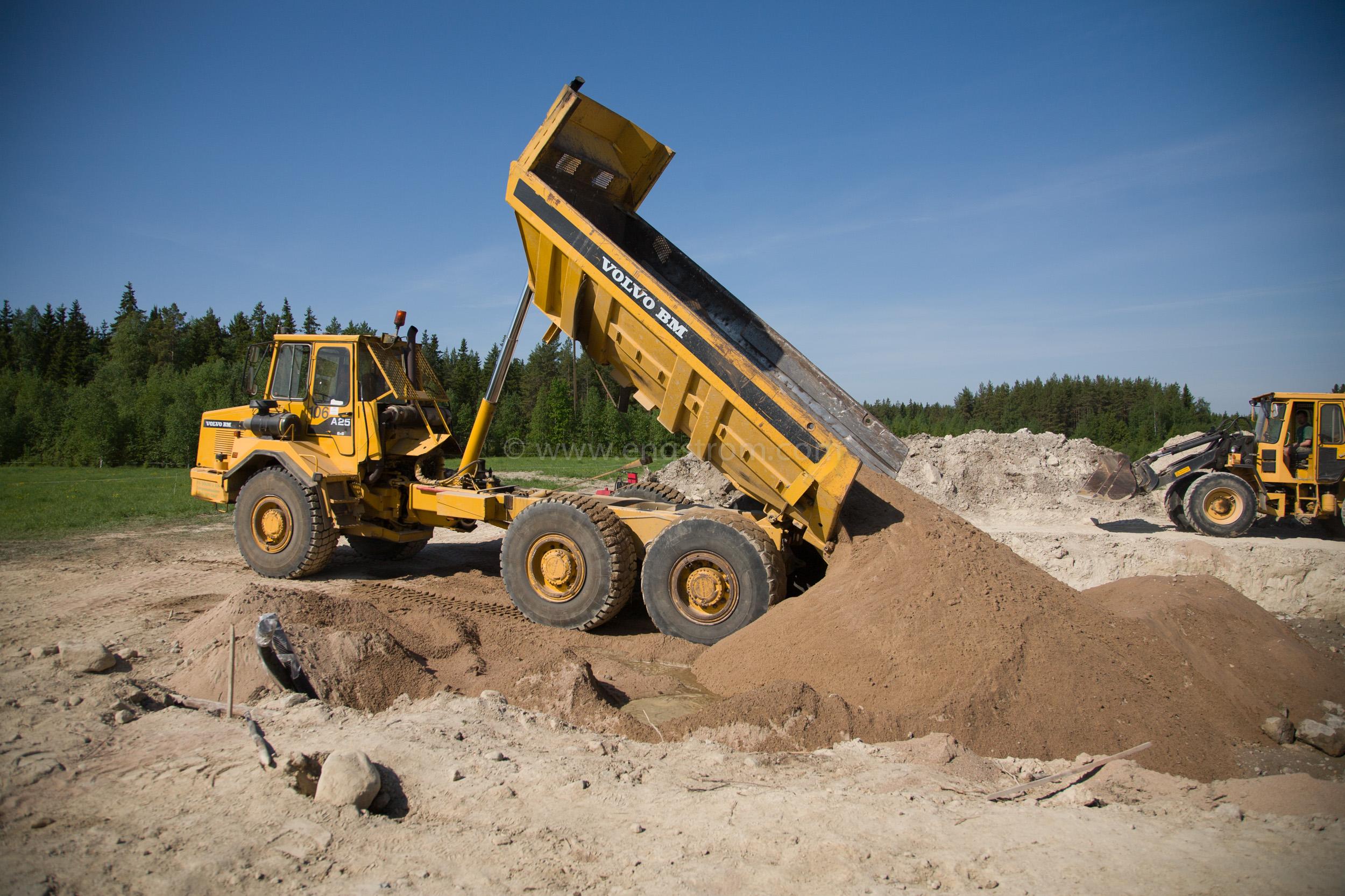 JE_63826, Dumper som kör sand till grunden till ett hus, Jonas Engström