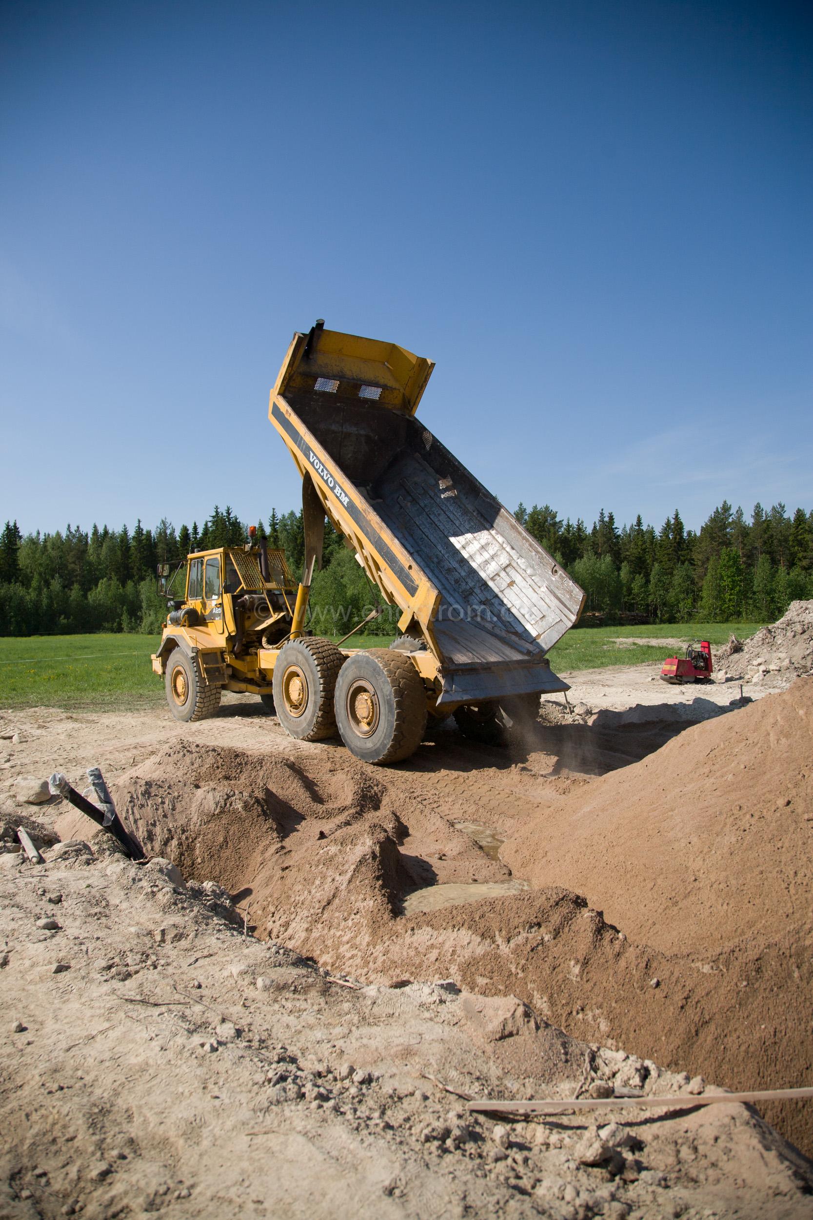 JE_63827, Dumper som kör sand till grunden till ett hus, Jonas Engström