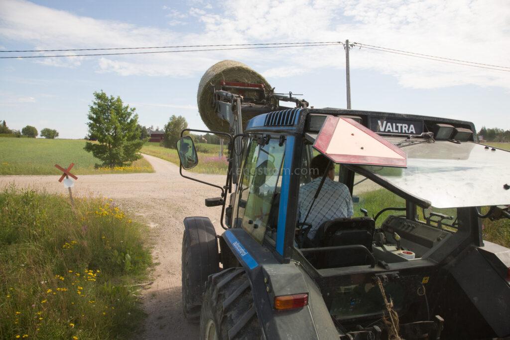 JE_64940, Traktor Valtra på vägen, Jonas Engström