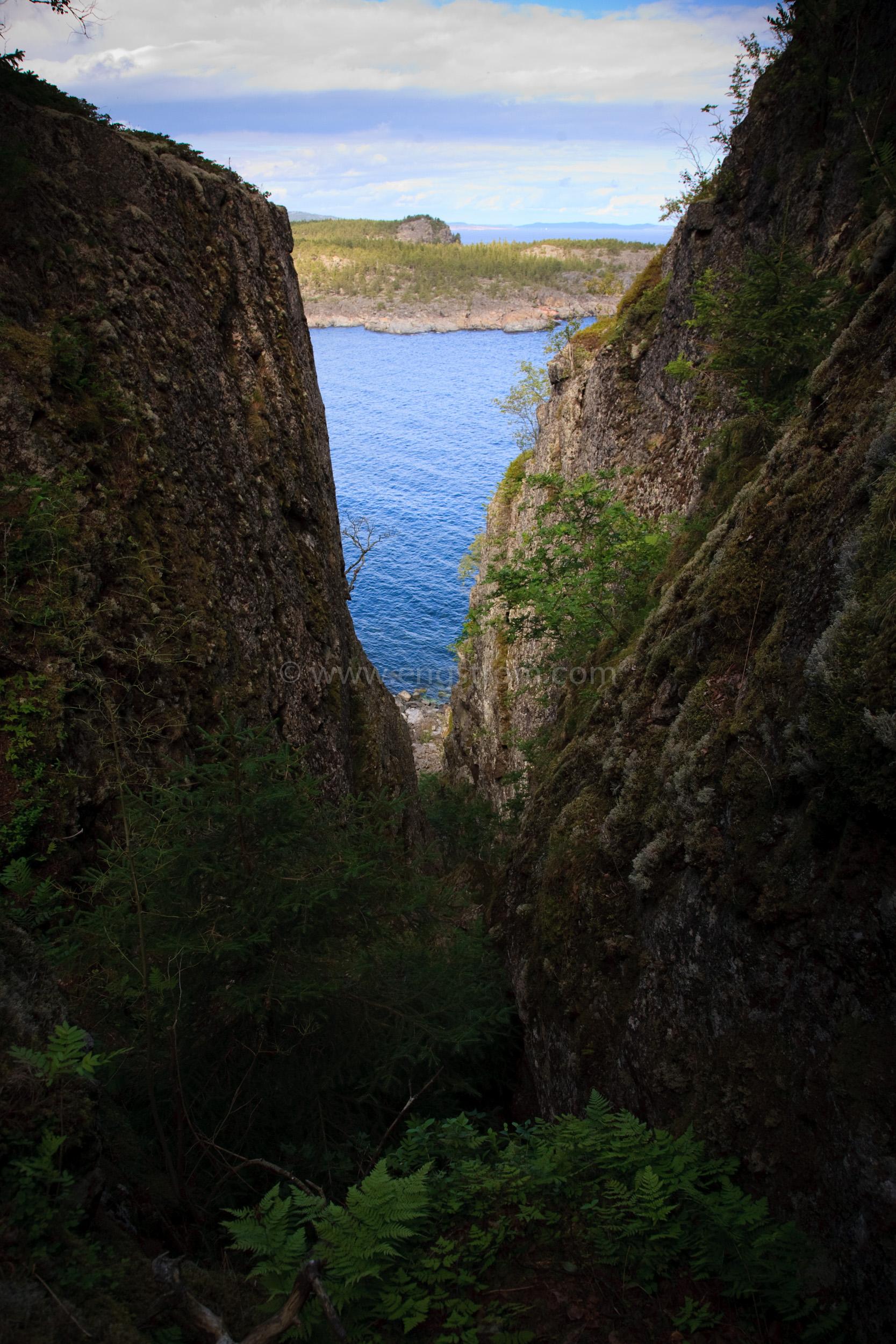 JE_65370, Havet genom en klippskreva, Jonas Engström