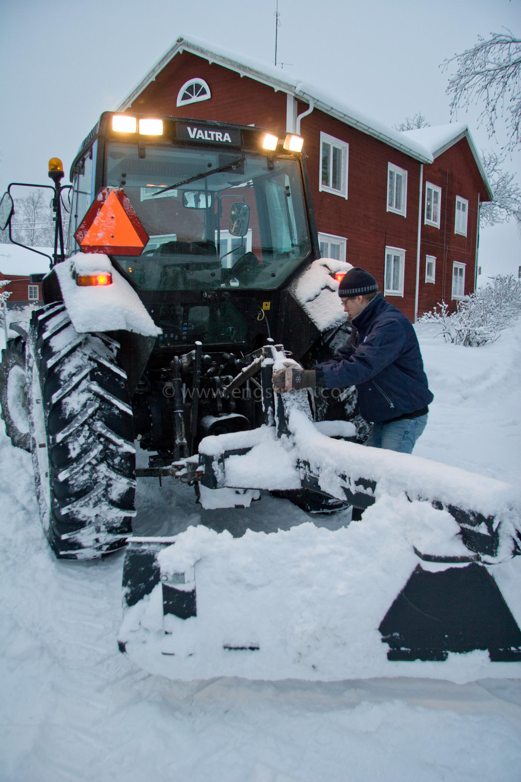 JE_8609, Snöplogning, snöröjning i skymning., Jonas Engström